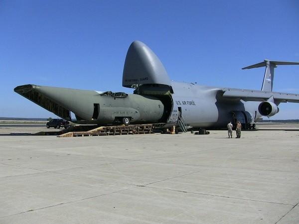 Thân máy bay vận tải C-130 nằm trọn trong thân của C-5 Galaxy
