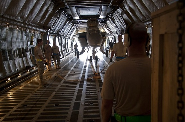 Một chiến đấu cơ được đặt bên trong C-5