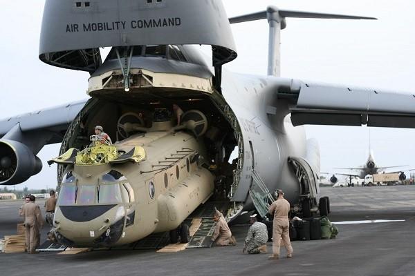 Một trực thăng Chinook cũng đặt vừa khoang hàng của C-5