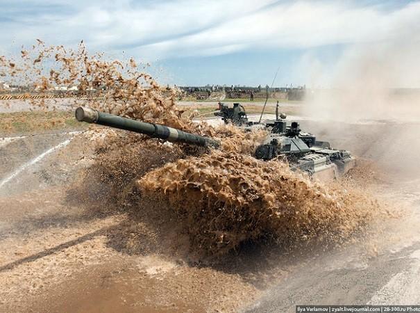 Xe tăng T-90 lội xuống hố nước sâu 5m