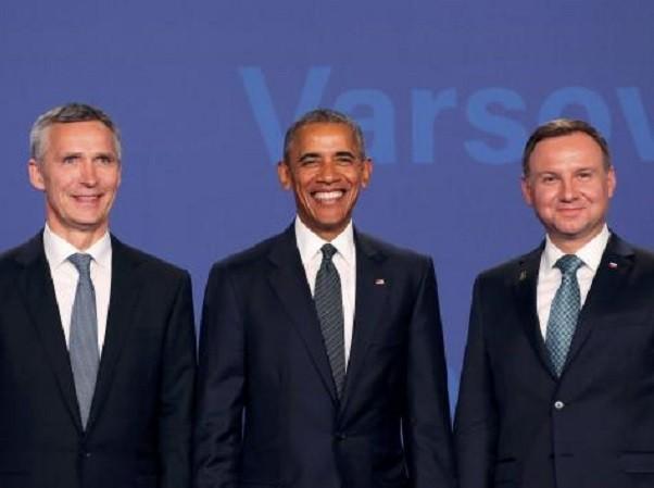 Tổng Thư kí NATO Jens Stoltenberg, Tổng thống Mỹ Barack Obama (giữa) và Tổng thống Ba Lan Andrzej Duda (phải) chụp ảnh cùng nhau vào hôm 8-7