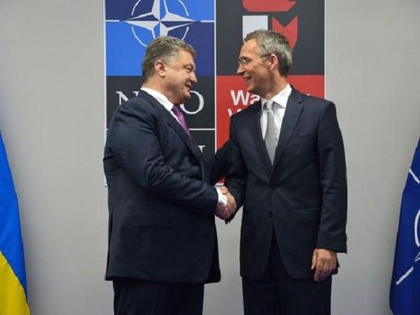 Tổng thống Ukraine Petro Poroshenko và Tổng Thư kí NATO Jens Stoltenberg (phải)