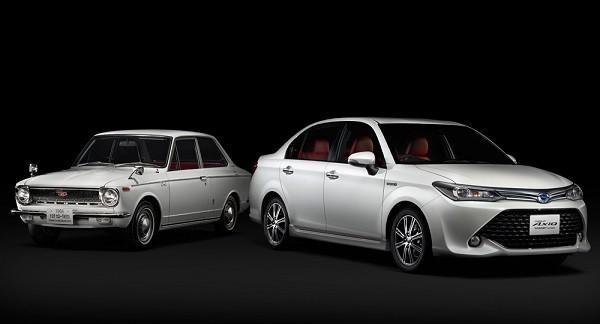 """Toyota Corolla Axio Hybrid G """"50 Limited"""" bên cạnh thế hệ Corolla đầu tiên (trái)"""