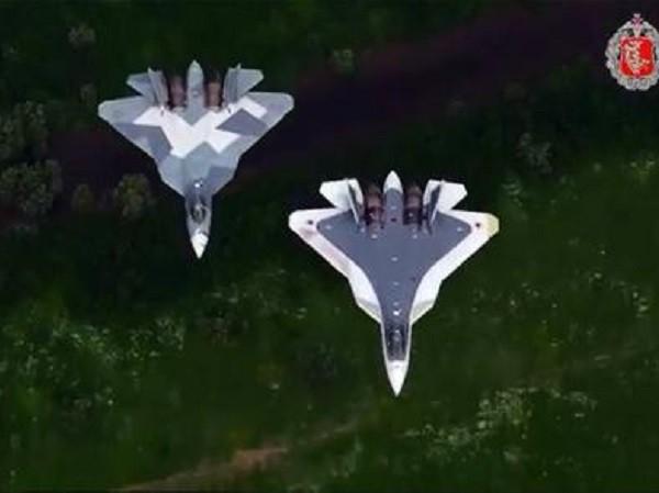 """T-50 xuất hiện trong video kỉ niệm """"Ngày không quân Nga"""""""