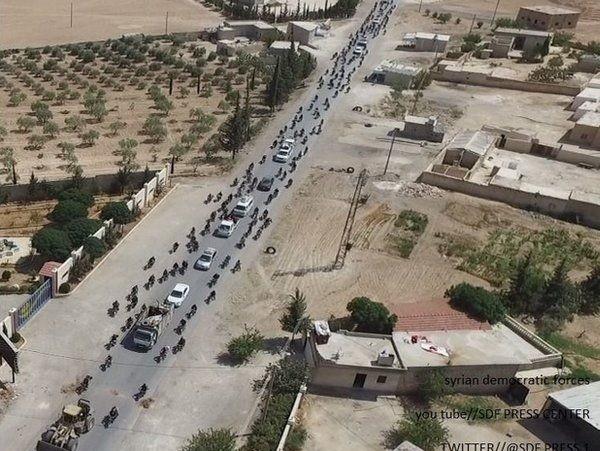 Ước tính 2.000 dân thường đang đi cùng đoàn xe của IS