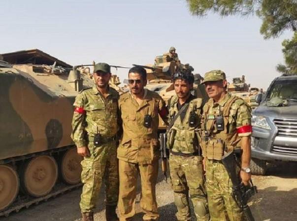 Lính Thổ Nhĩ Kì chụp ảnh với các chiến binh FSA