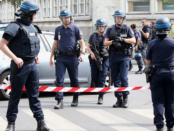 Cảnh sát Pháp bị đâm vào cổ họng nhưng không nguy hiểm đến tính mạng