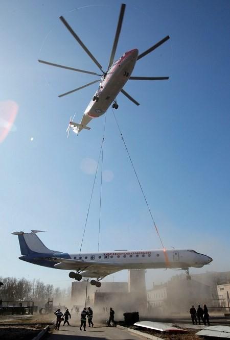 Mi-26 khi nâng cả máy bay chở khách Tu-134
