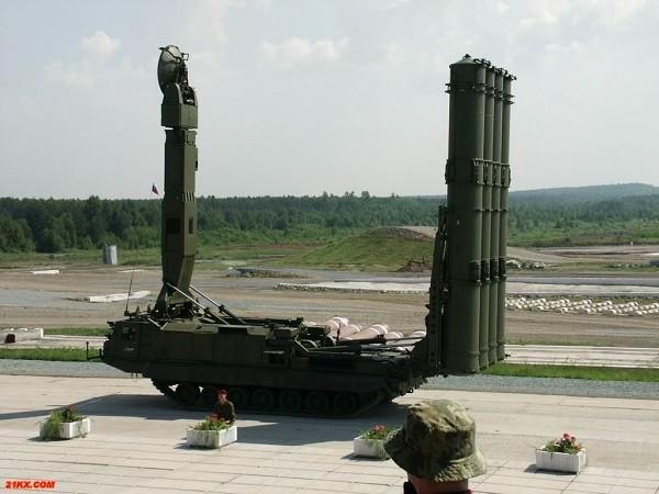 Hệ thống S-300V4 được trang bị gầm bánh xích nên dã chiến hơn các phiên bản khác