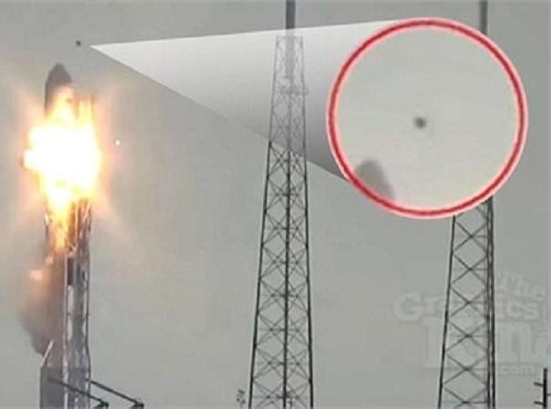 Một vật thể bay lạ đã lượn qua tên lửa Falcon 9 ngay thời điểm xảy ra vụ nổ