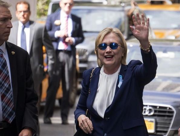 Bà Clinton vẫn tươi tỉnh khi đến lễ tưởng niệm 11-9 ở New York nhưng lại về sớm vì vấn đề sức khỏe