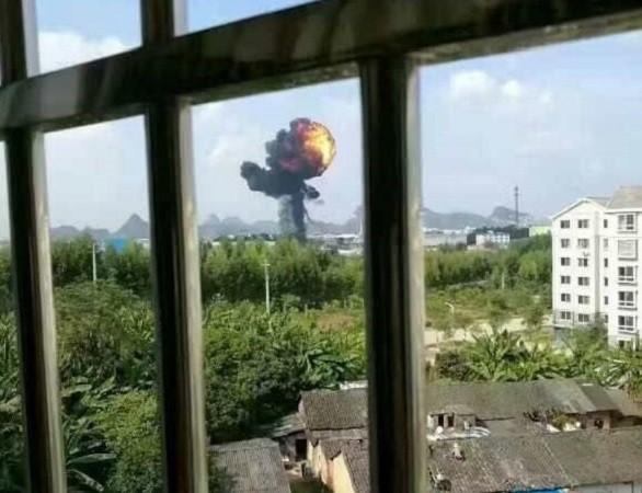 Hình ảnh được đăng tải trên mạng xã hội Trung Quốc về vụ rơi máy bay, được cho là JH-7