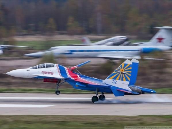 Máy bay Su-30SM được sơn màu cờ nước Nga để dùng cho biểu diễn