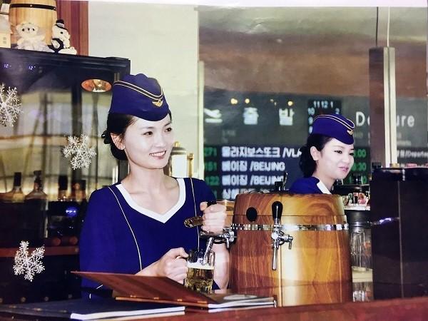 Tiếp viên hàng không Triều Tiên đẹp long lanh trong bộ lịch 2017 ảnh 4