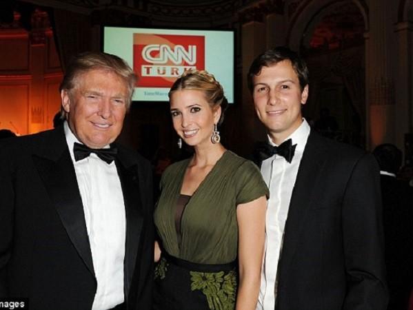 Ông Trump chụp ảnh cùng con gái Ivanka và con rể Jared Kushner