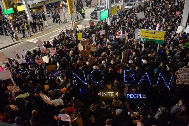 Nhiều người đổ ra đường biểu tình lệnh cấm của ông Trump