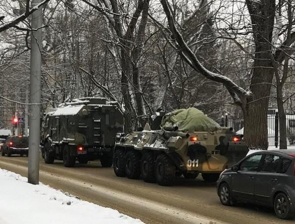 Hình ảnh thiết bị quân sự Nga đổ dồn về biên giới với Ukraine