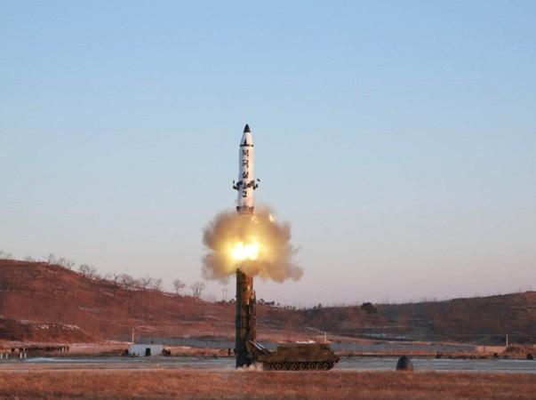 Hình ảnh tên lửa Triều Tiên Pukguksong-2 rời bệ phóng