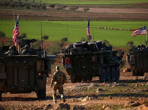 Binh lính và xe bọc thép Mỹ đi thành hàng gần Manjib, Syria