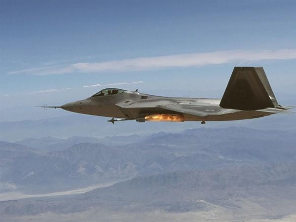 Máy bay F-22 vừa được trang bị tên lửa AIM-9X