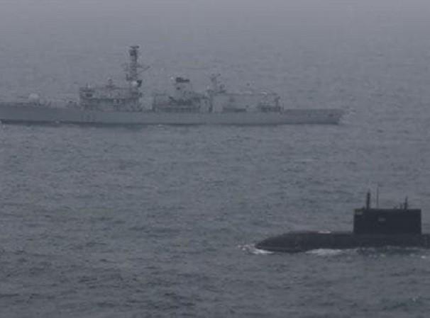 Tàu HMS Somerset của hải quân Anh hộ tống tàu ngầm Nga