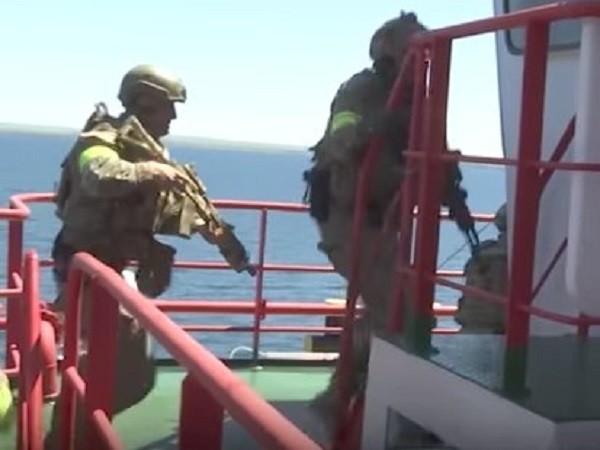 Đặc nhiệm của FSB tập chiếm quyền kiểm soát một giàn khoan dầu trên biển
