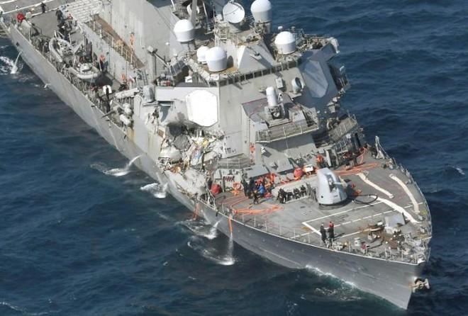 Cận cảnh chiến hạm Mỹ bị tàu buôn Philippines đâm nát mạn phải