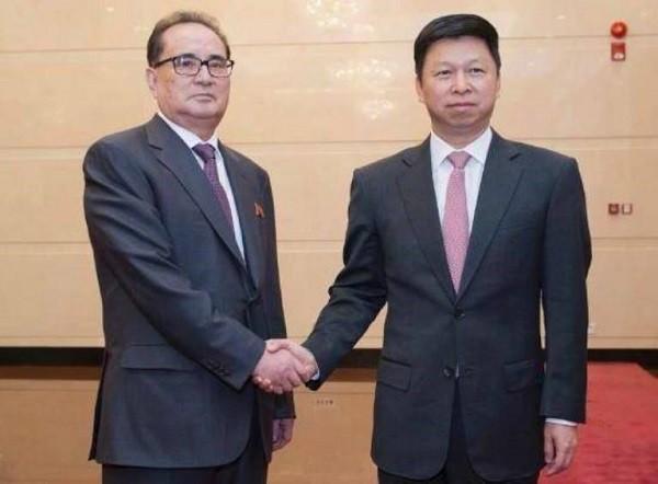 Ông Tống Đào (phải) chuẩn bị thăm Triều Tiên