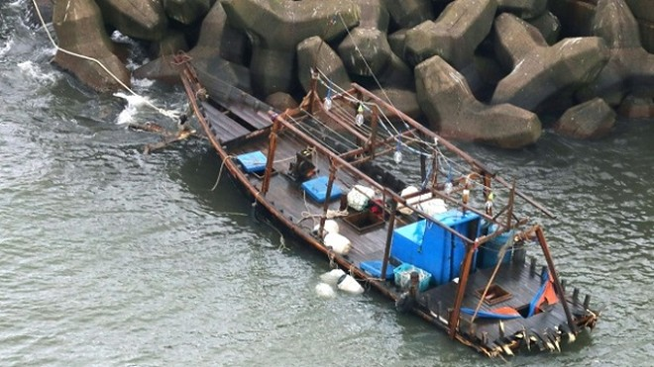 8 thi thể thối rữa được phát hiện trên chiếc thuyền gỗ dạt vào bờ biển Nhật Bản