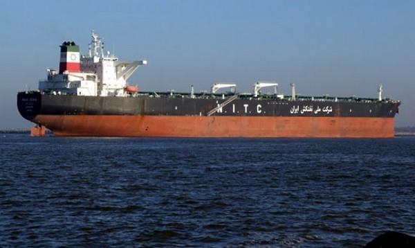 Con tàu chở dầu Iran bốc cháy và trôi tự do trên biển