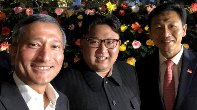 Hình ảnh ông Kim Jong-un chụp chung với Ngoại trưởng Singapore Vivian Balakrishnan và Bộ trưởng Giáo dục Ong Ye Kung