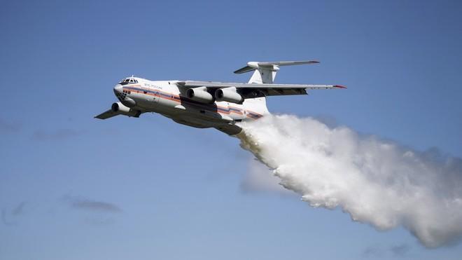 Il-76 có thể mang theo 40 tấn nước và thường thả từ độ cao 50 - 100m