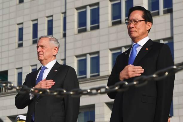Bộ trưởng Quốc phòng Mỹ Jim Mattis đứng bên người đồng cấp Hàn Quốc Song Young-Moo
