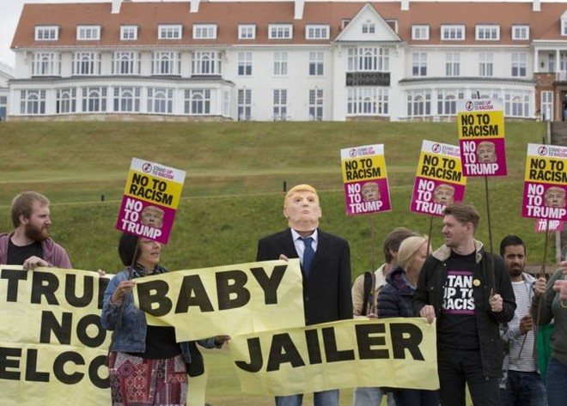 Biểu tình bên ngoài sân golf Trump Turnberry