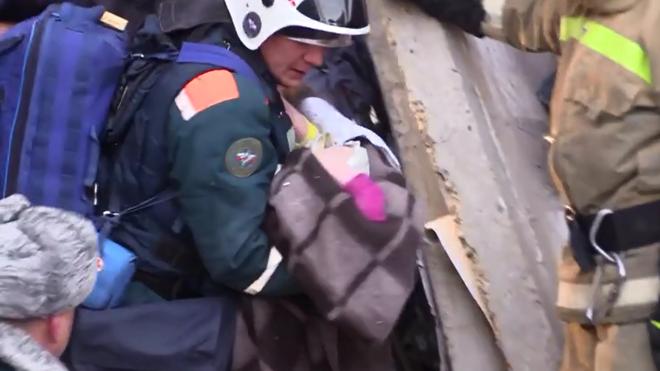 Cậu bé 11 tháng tuổi đã sống sót kì diệu sau vụ sập nhà