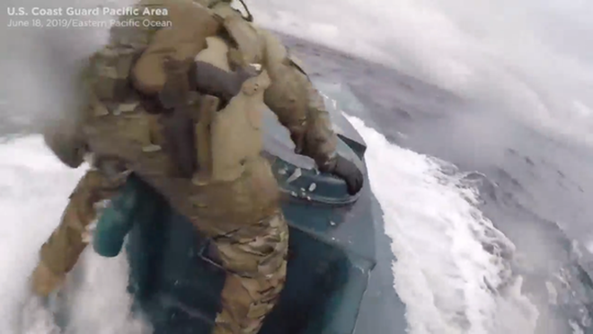 Một lính Mỹ nhảy lên tàu của kẻ buôn bán ma túy yêu cầu mở cửa nóc