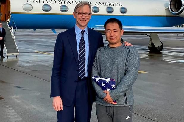 Ông Wang được giới chức Mỹ đón tại Thụy Sĩ