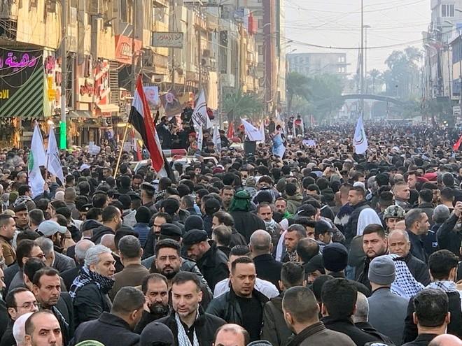 Nhiều người đã đứng kín các con phố ở Baghdad để bày tỏ thương tiếc với các tướng lĩnh thiệt mạng trong vụ không kích