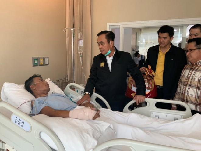 Thủ tướng Thái Lan thăm hỏi những người bị thương trong vụ xả súng