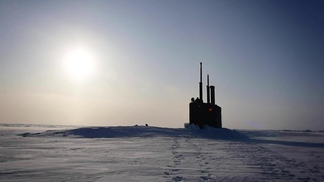 Hình ảnh tàu ngầm Mỹ trồi lên từ lớp băng dày ở Bắc Cực