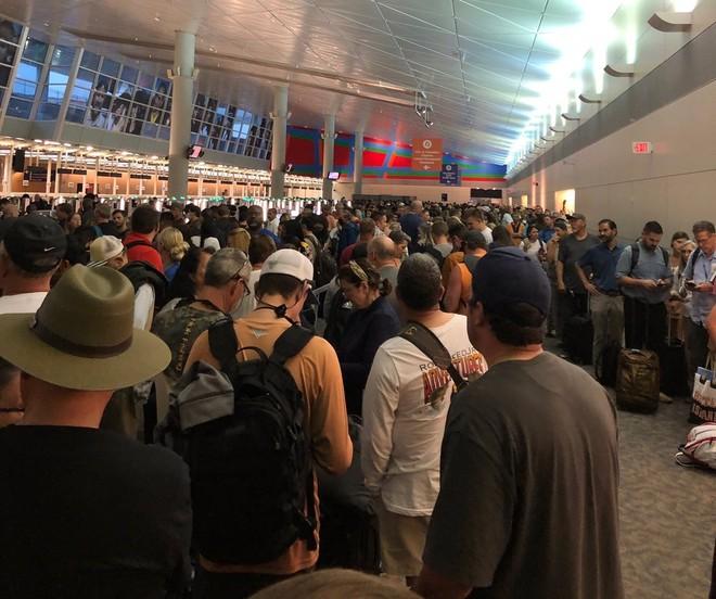 Quy trình kiểm tra y tế nghiêm ngặt khiến sân bay Mỹ vô cùng đông đúc