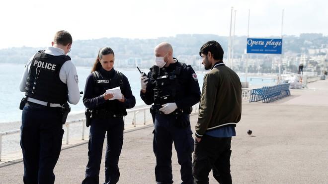 Cảnh sát Pháp đã phạt rất nhiều người cố ý ra ngoài mà không có giấy phép