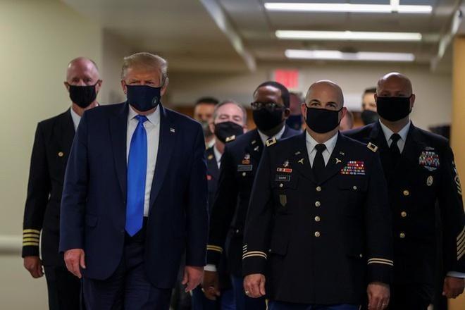 Tổng thống Donald Trump đeo khẩu trang, đi trong sảnh bệnh viện