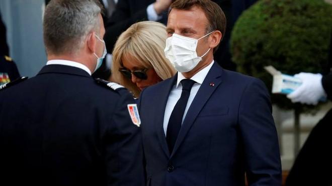 Pháp đã bắt buộc người dân phải đeo khẩu trang ở nơi công cộng
