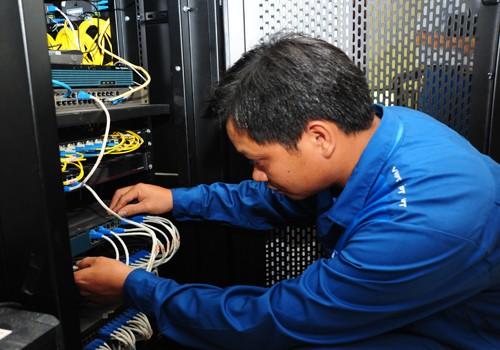 Nhân viên kỹ thuật viễn thông kiểm tra hệ thống đảm bảo chất lượng dịch vụ trong những ngày Tết