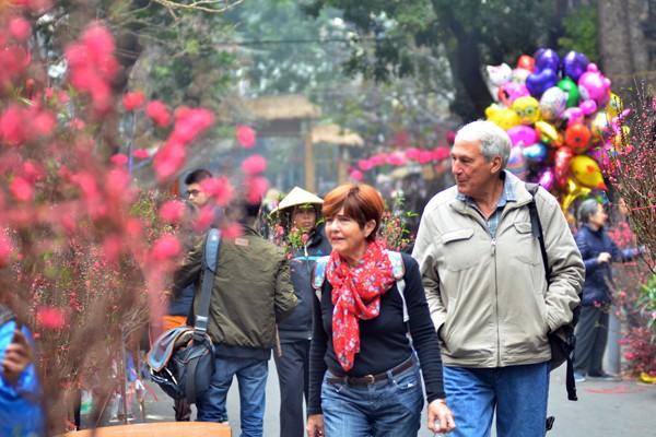 Màu sắc rực rỡ của hoa đào thu hút nhiều du khách quốc tế