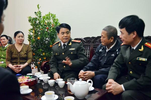 Thiếu tướng Nguyễn Đức Chung, Giám đốc CATP trò chuyện động viên đồng chí Nguyễn Văn Trọng