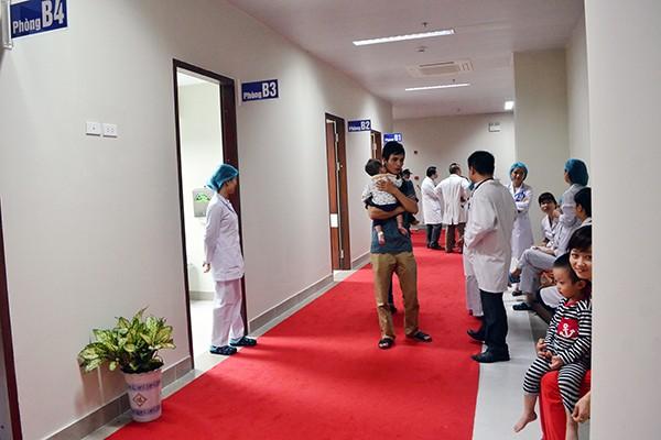 Khu khám bệnh nằm trong khối nhà 15 tầng được xây mới trong khuôn viên Bệnh viện Nhi Trung ương, địa chỉ tại 18/879 La Thành, Đống Đa, Hà Nội
