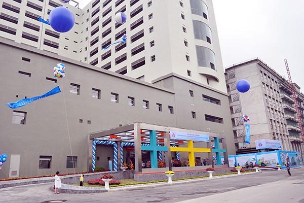 Khu khám bệnh nằm trong khối nhà 15 tầng được xây mới trong khuôn viên Bệnh viện Nhi Trung ương, địa chỉ tại 18/879 La Thành, Đống Đa, Hà Nội Rộng rãi, khang trang, sạch đẹp