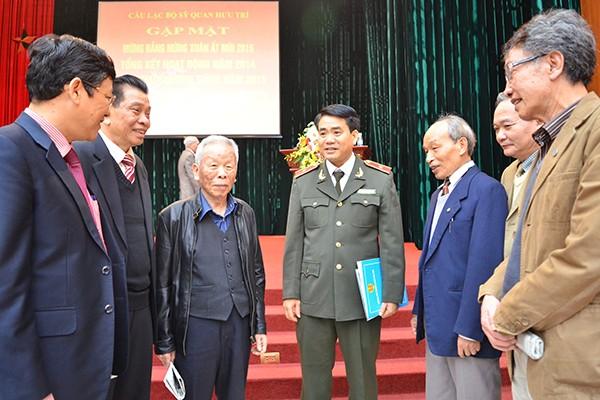 Thiếu tướng NGuyễn Đức Chung, Giám đốc CATP nói chuyện, thăm hỏi các đồng chí sỹ quan công an đã nghỉ hưu